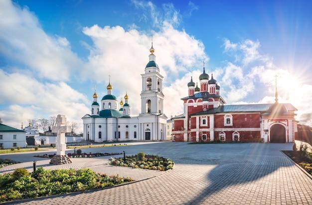 Федоровский и смоленский церкви в богоявленском монастыре в угличе в лучах осеннего солнца