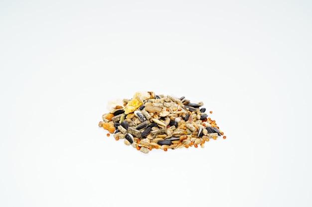 햄스터에게 알갱이로 먹거나 흰색 바탕에 씨앗을 섞어서 먹습니다.