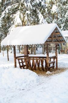 大型動物用の干し草をラックに供給します。雪に対して