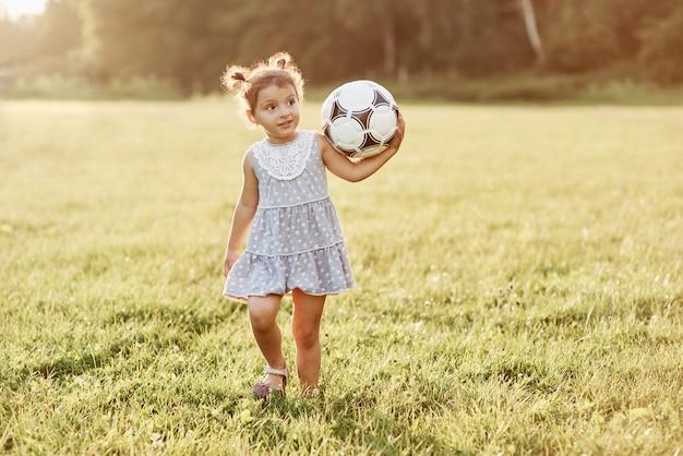 落ち着いて。愛らしい小さな子供はサッカーとそれに関連するすべてが大好きです。