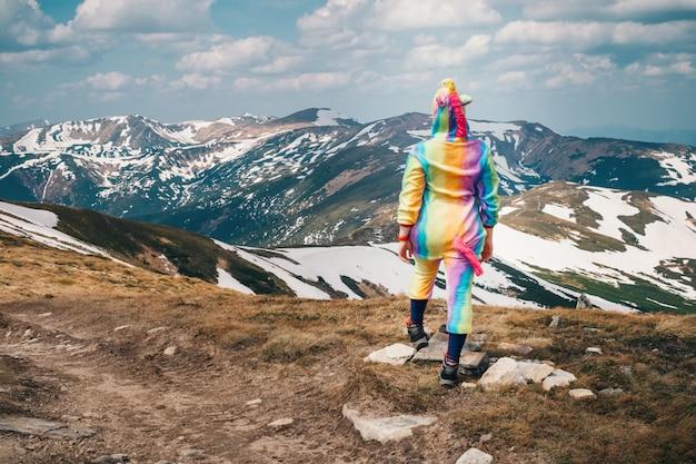 Почувствуйте свободу концепции в горах, женщина путешествует в единорога
