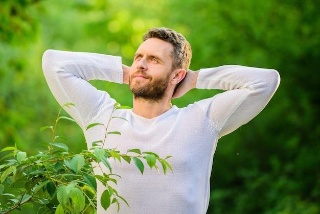 자연의 힘을 느껴보세요. 남자 잘생긴 수염 난된 남자 아침 스트레칭 자연 배경입니다. 새로운 날을 만나보세요. 자연 평화로운 환경입니다. 천연 미용 요법. 건강하게 유지하세요. 네이처 릴랙스 스파 리조트.