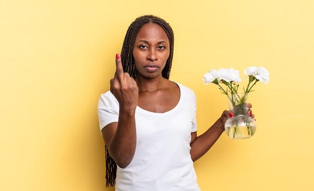 화가 나고 짜증이 나고 반항적이고 공격적이며 가운데 손가락을 뒤집고 반격합니다. 장식 꽃 개념