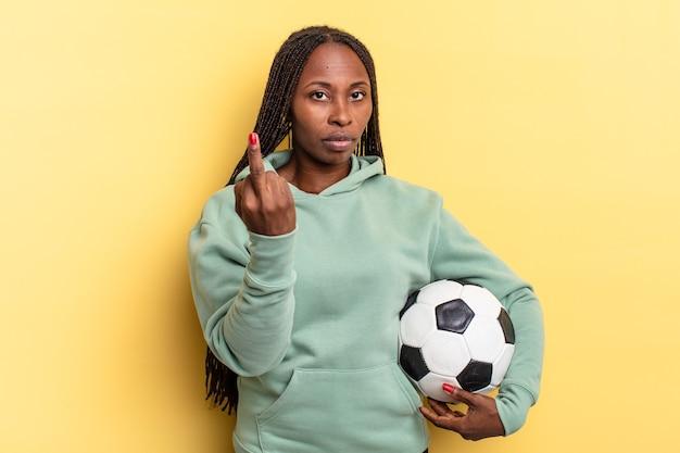 怒り、イライラ、反抗的、攻撃的で、中指をひっくり返し、反撃します。サッカーのコンセプト