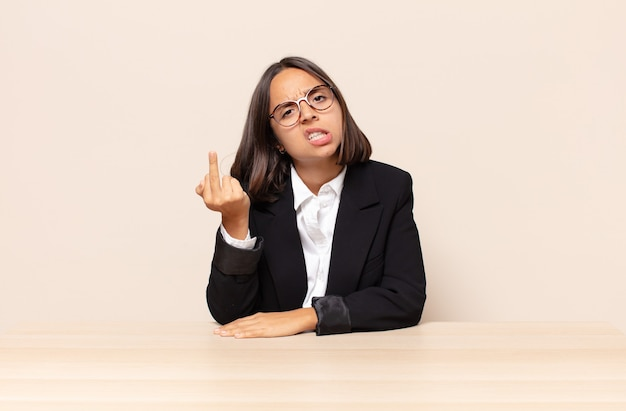怒り、イライラ、反抗的、攻撃的、中指をひっくり返し、反撃する