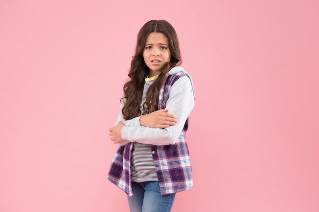 Чувство холода. несчастный ребенок дрожит от холода. осенняя мода. повседневный стиль. модная уличная одежда. низкая температура окружающей среды. озноб. осень.