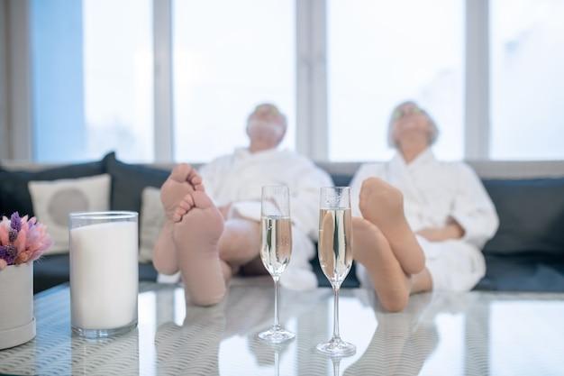 편안한 느낌. 흰색 가운에 성숙한 부부는 스파 센터에서 편안하고 편안한 느낌