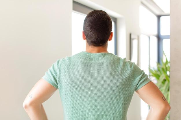 혼란 스럽거나 충만 함 또는 의심과 질문, 궁금증, 엉덩이에 손을 대고 뒷모습