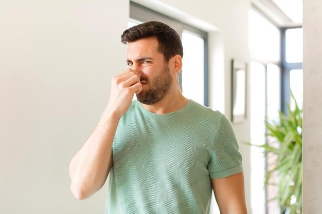 역겨운 느낌, 더럽고 불쾌한 냄새를 피하기 위해 코를 막는다.