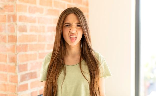 感到厌恶和恼怒,吐舌头,不喜欢讨厌和恶心的东西