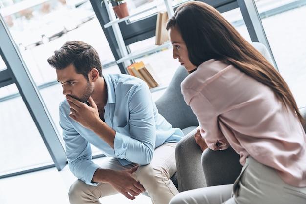 Чувство разочарования. молодая супружеская пара решает свои проблемы, сидя на сеансе терапии