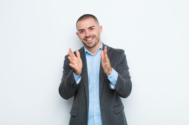 Чувствовать себя счастливым и успешным, улыбаться и хлопать в ладоши, поздравлять с аплодисментами