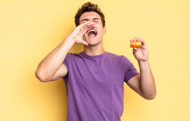 幸せ、興奮、前向きな気持ちで、口の横に手を置いて大きな叫び声を上げ、声をかけます。バッテリーのコンセプト