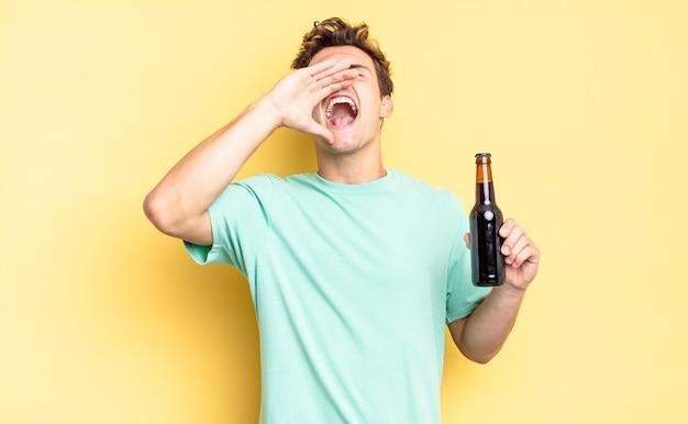 幸せ、興奮、前向きな気持ちで、口の横に手を置いて大きな叫び声を上げ、声をかけます。ビール瓶のコンセプト