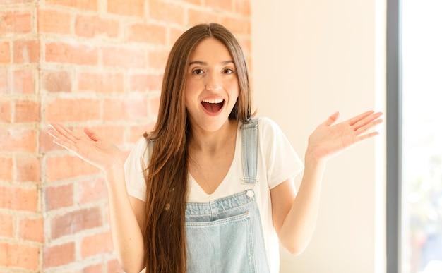 感到高兴、兴奋、惊讶或震惊,微笑着对难以置信的事情感到惊讶