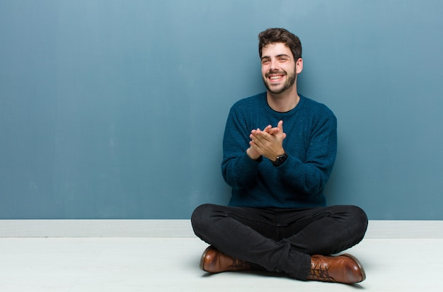 幸せ、友好的、前向き、笑顔、手でポートレートやフォトフレームを作る