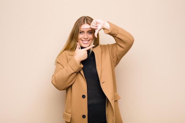 Чувствовать себя счастливым, дружелюбным и позитивным, улыбаться и делать портретную или фоторамку руками