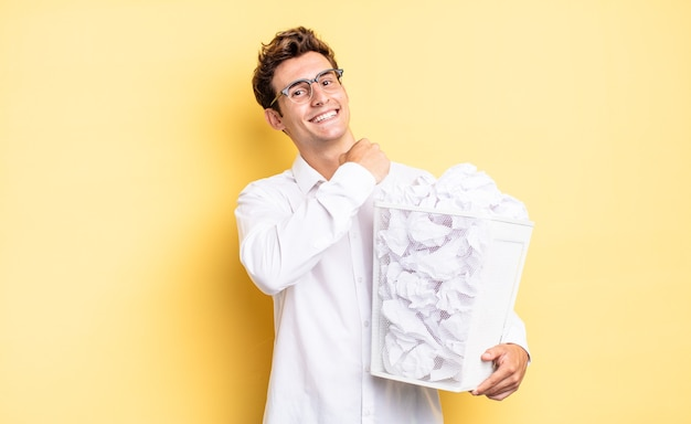 도전에 직면하거나 좋은 결과를 축하할 때 행복하고 긍정적이며 성공적이며 동기가 부여됩니다. 쓰레기 종이 개념