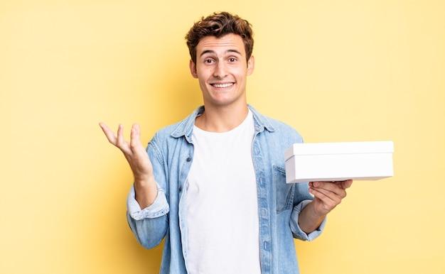 행복하고 놀랍고 쾌활하며 긍정적인 태도로 웃고 해결책이나 아이디어를 실현합니다. 흰색 상자 개념
