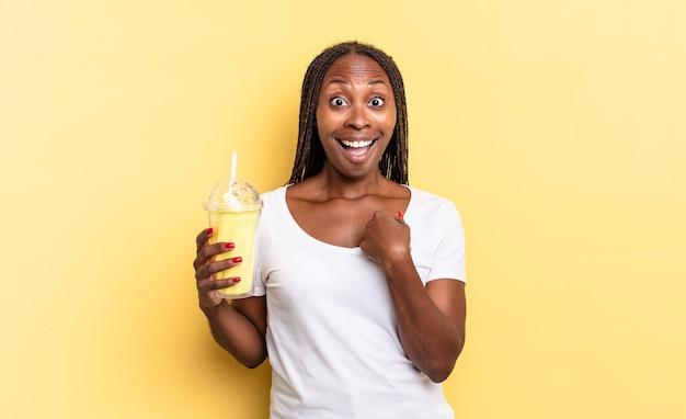Чувствует себя счастливым, удивленным и гордым, указывая на себя взволнованным, изумленным взглядом. концепция молочного коктейля