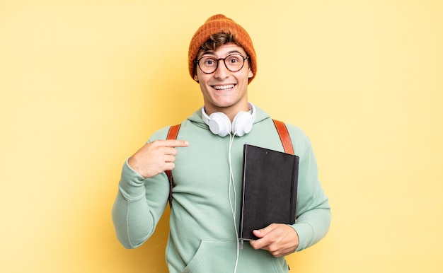 Чувствует себя счастливым, удивленным и гордым, указывая на себя взволнованным, изумленным взглядом. студенческая концепция