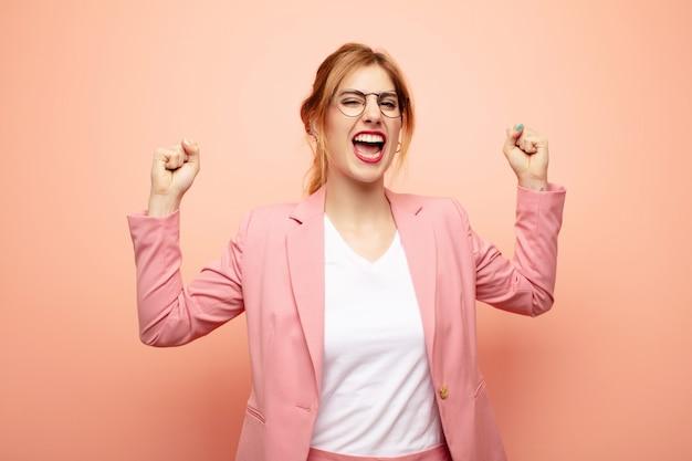 Чувствуя себя счастливым, удивленным и гордым, крича и празднуя успех с широкой улыбкой