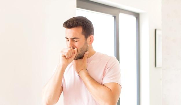 인후통 및 독감 증상으로 아파서 입을 막고 기침
