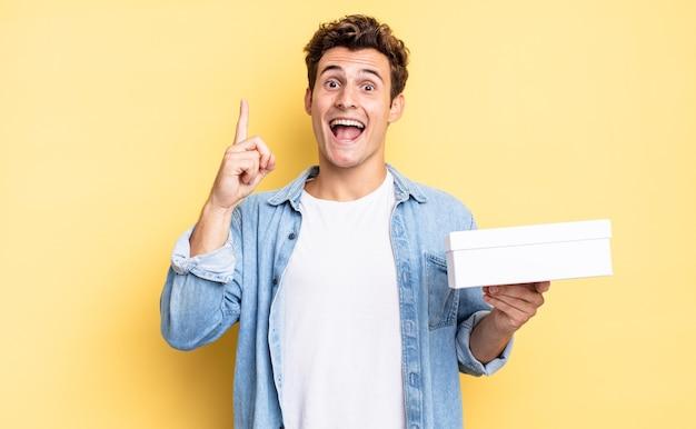 アイデアを実現した後、幸せで興奮した天才のように感じ、元気に指を上げて、エウレカ!ホワイトボックスのコンセプト