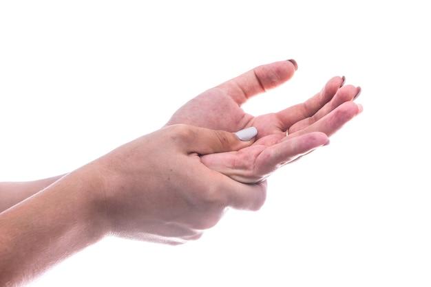 白で隔離の女性の手の痛みを感じる