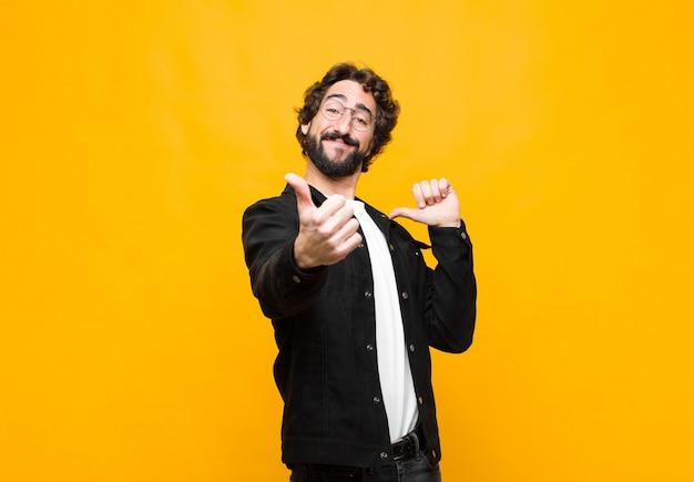 誇りに思う、のんき、自信、幸せを感じ、親指を上に向けて前向きに笑う