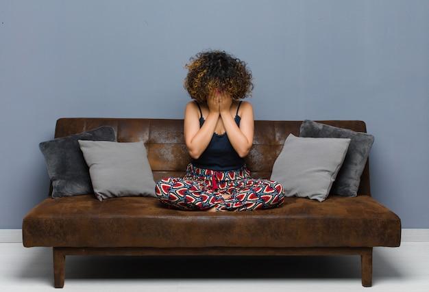Чувствовать грусть, разочарование, нервозность и депрессию, закрывая лицо обеими руками, плача