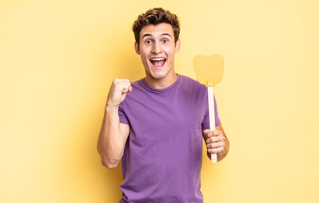 Ощущение шока, возбуждения и счастья, смех и радость успеха со словами «вау!». концепция убить мух