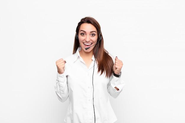 Чувствуя себя шокированным, взволнованным и счастливым, смеясь и празднуя успех, говоря «вау!