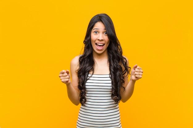 ショックを受け、興奮し、幸せで、笑って成功を祝って、すごい!