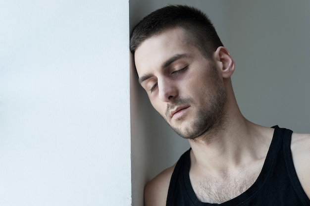 기분이 너무 나빠. 우울한 청년은 벽에 기대어 눈을 감고 있다