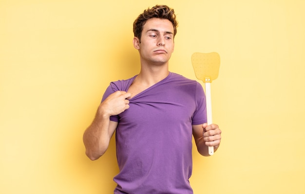 스트레스를 받고, 불안하고, 피곤하고 좌절하고, 셔츠 목을 당기고, 문제에 좌절감을 느낍니다. 파리 개념 죽이기