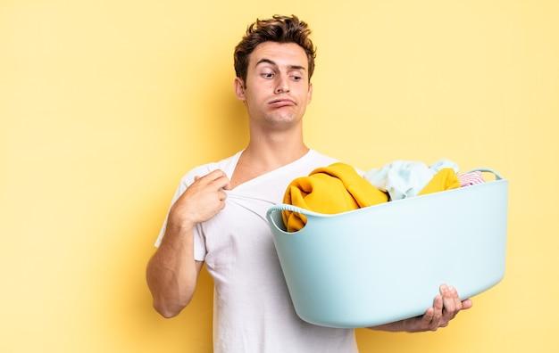 Чувство стресса, беспокойства, усталости и разочарования, дергает за шею рубашки, выглядит разочарованным из-за проблемы. концепция стирки одежды