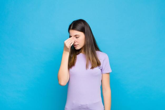 Ощущение стресса, несчастья и разочарования, прикосновение ко лбу и страдание мигрени от сильной головной боли