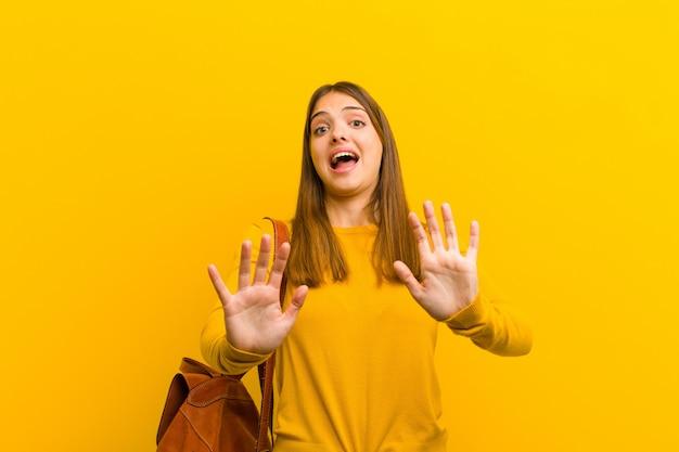 驚いて怖がって、何か恐ろしいことを恐れて、手を前に開いて「近づかないで」と言って