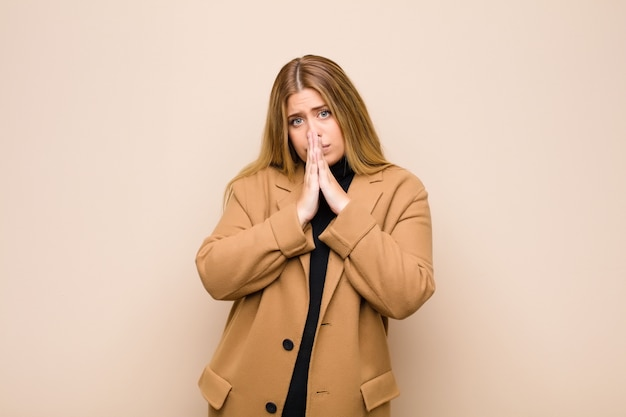 心配し、希望に満ち、信心深く、手のひらを押して忠実に祈り、許しを請う