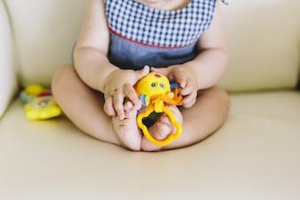 Ноги и ноги детей, играющих