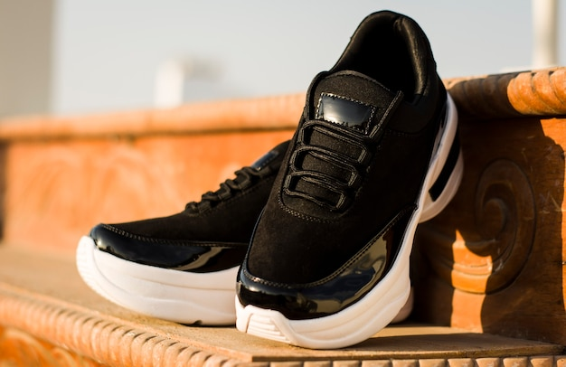 ブランドのないさまざまな自然と都市の背景にカジュアルでエレガントな靴のさまざまな種類の足と脚