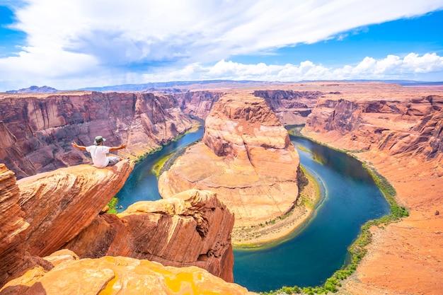 足はアリゾナ州ホースシューベンドを見ながら座って見られます。アメリカ