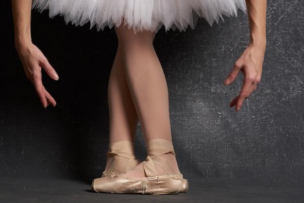 バレリーナの伝統舞踊を披露するバレエフラットの足