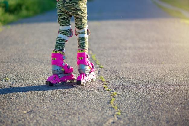 Ножки в розовых детских роликах