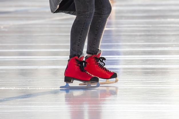 스케이트장에 빨간 스케이트에 발. 취미와 여가. 동계 스포츠