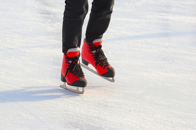 아이스 링크에서 빨간색 스케이트에 발. 스포츠 및 엔터테인먼트. 휴식 및 겨울 휴가