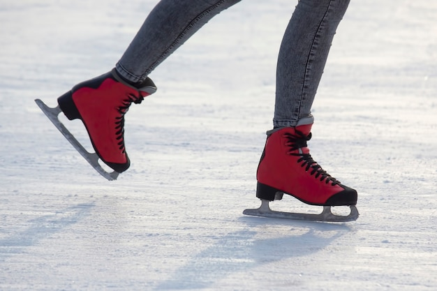 아이스 링크에서 빨간 스케이트에 발. 취미와 여가. 동계 스포츠