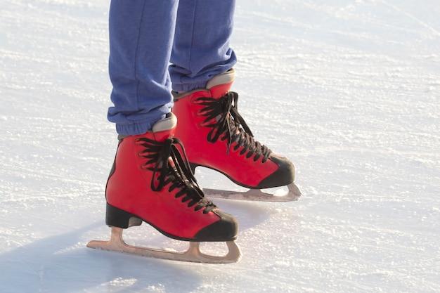 빨간색 스케이트 온 아이스 링크에서 발.