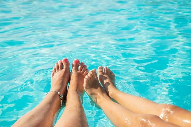 海沿いの家族の足。セレクティブフォーカス。自然。